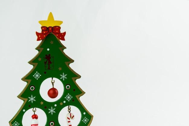 Рождественская елка с украшениями на белом фоне. рождественский орнамент. выборочный фокус.