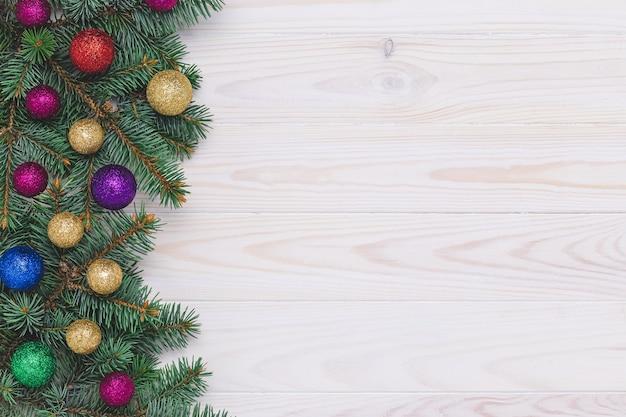木製の装飾とクリスマスツリー。