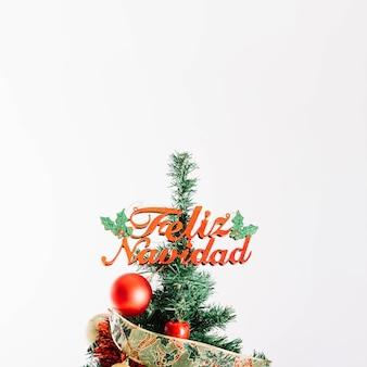 Albero di natale con lettere di feliz navidad
