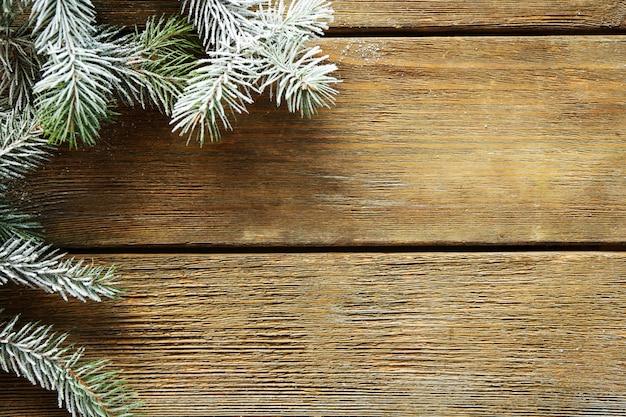 Рождественская елка с инеем на старых деревянных фоне