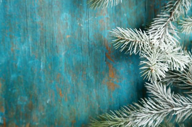 古い木製のテーブルに霜とクリスマスツリー
