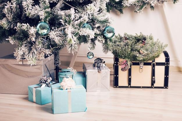 Рождественская елка с подарочными коробками. крупным планом рождественская елка. елка и елочные игрушки