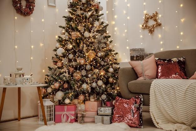 リビングルーム、お祭りのインテリアにギフトとクリスマスツリー