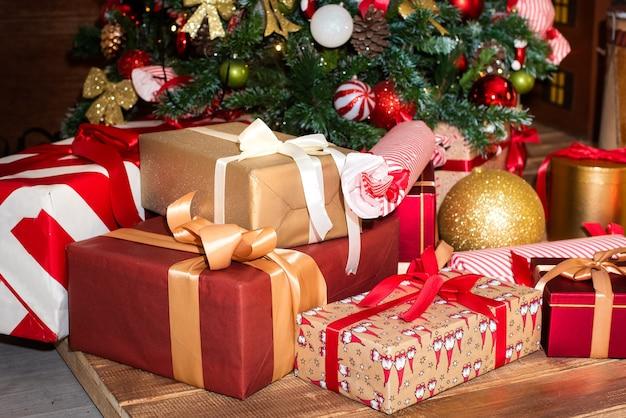 贈り物とクリスマスツリー