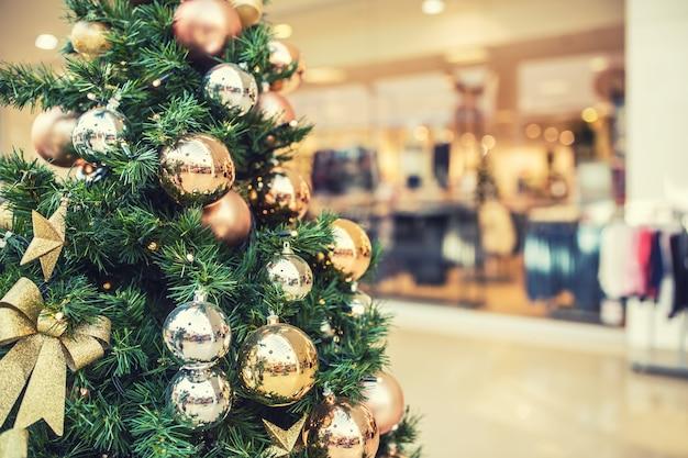 ショッピングモールの金の装飾が施されたクリスマスツリー。