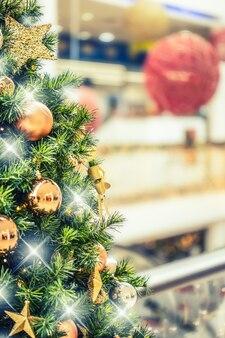ショッピングモールで金の装飾が施されたクリスマスツリーショッピングモールでのクリスマスクリアランスセール