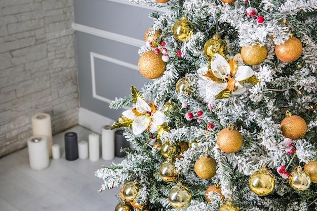 金色のボール、おもちゃのクリスマスツリー