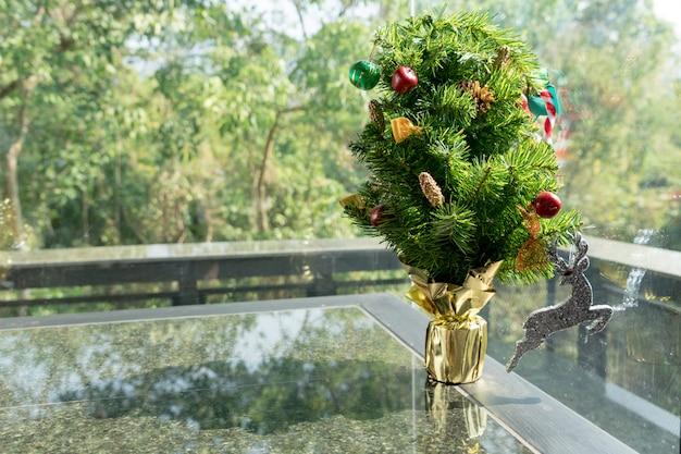 小さなプレゼントとトナカイの吊り下げのクリスマスツリー