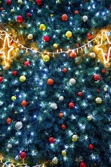 Рождественская елка с огнями и шарами