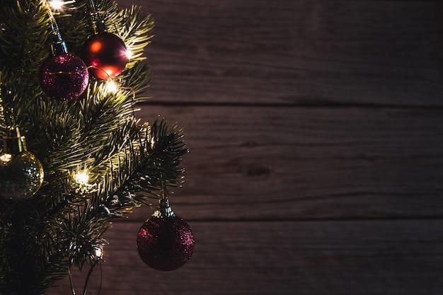ライトと装飾的なボールのクリスマスツリー。スペースをコピーします。セレクティブフォーカス。