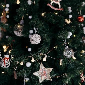飾りのクリスマスツリーをクローズアップ