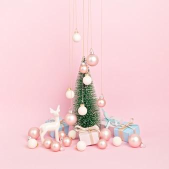 분홍색 표면에 장식으로 크리스마스 트리