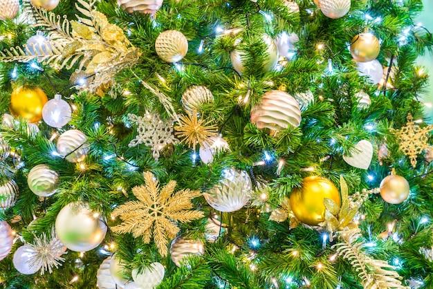 장신구와 크리스마스 트리