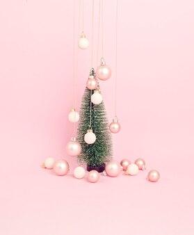 飾りのあるクリスマスツリー。