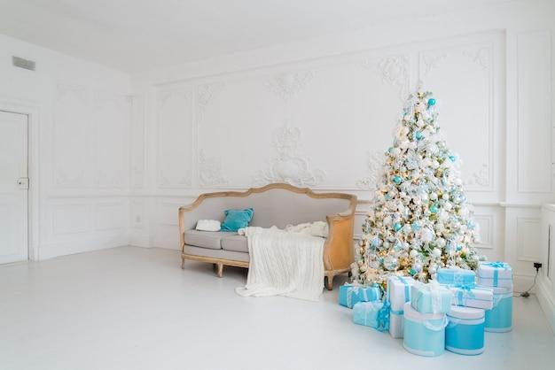 リビングルームの下にプレゼントギフトとクリスマスツリー