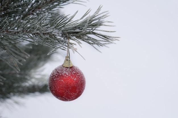 赤いボールとクリスマスツリー。休日の装飾