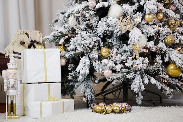 눈과 선물 크리스마스 트리