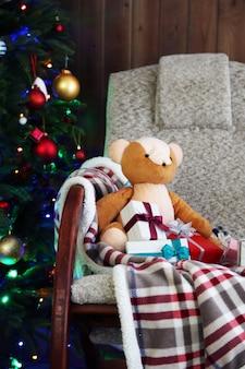 テディベアとギフトボックスのクリスマスツリー