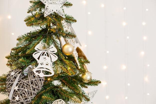 흰색 크리스마스 방에 장난감이 있는 크리스마스 트리. 크리스마스 트리와 아름다운 장식으로 멋지게 꾸며진 집