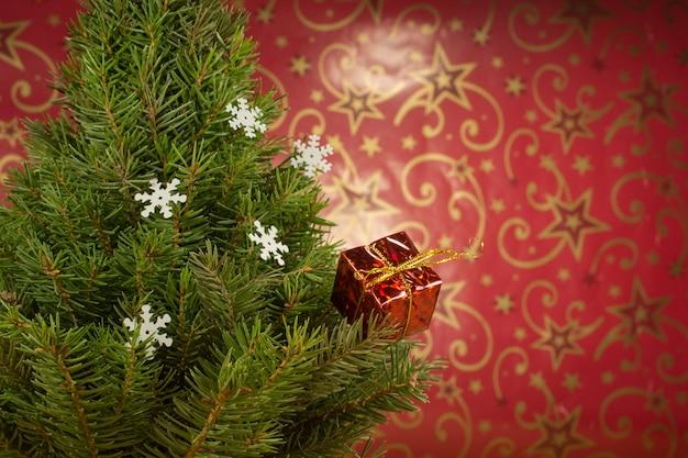 赤い壁におもちゃでクリスマスツリー