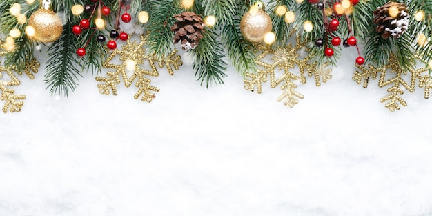 雪の背景にボール雪片とコーンとクリスマスの上部の装飾
