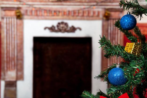 앞에 나무가 있는 크리스마스 빈티지 카드와 배경에 벽난로가 있는 센세이셔널 빈티지 크리스마스 인테리어 스튜디오 샷