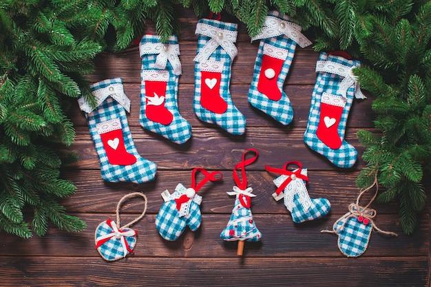 クリスマスのヴィンテージの装飾-木製のテーブルの上の青いギンガムのおもちゃ