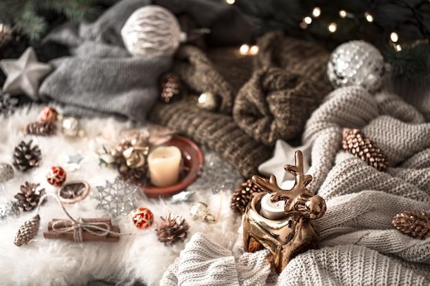 Рождественская стена. вязаный свитер и новогоднее украшение, вид сверху. натюрморт