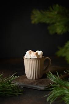 クリスマスの温かいコーヒーまたはマシュマロ入りのココア。