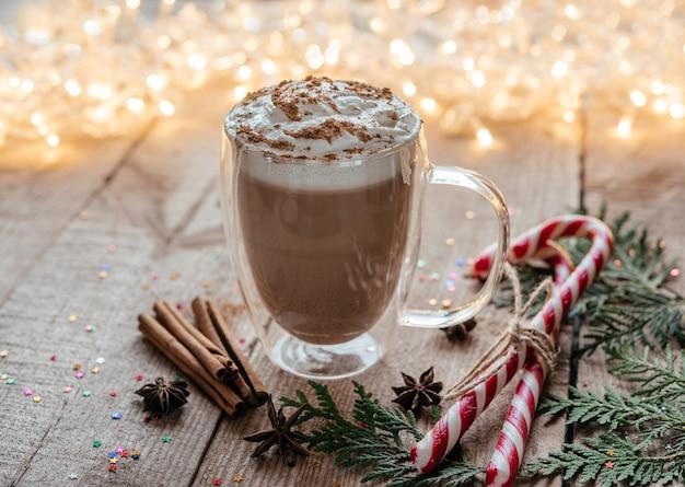 향신료 사탕 지팡이와 thuja 가지와 크리스마스 휘핑 크림 핫 초콜릿