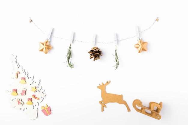 크리스마스 흰색 배경입니다. 금색 별과 전나무 가지로 만든 화환. diy 구성, 겨울 및 2020년 새해 개념. 평평한 평지, 평면도