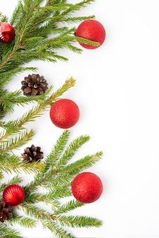 전나무 가지, 콘, 전나무 공, 평평한 평지, 위쪽 전망이 있는 크리스마스 흰색 배경