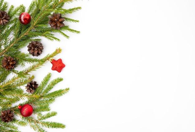 전나무 가지, 콘, 전나무 장난감이 있는 크리스마스 흰색 배경, 평평한 평지, 위쪽 전망, 복사 공간