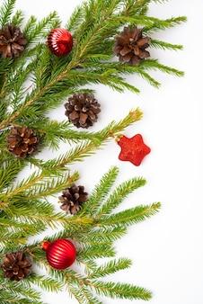 전나무 가지, 콘, 전나무 장난감이 있는 크리스마스 흰색 배경, 평평한 평지, 위쪽 전망