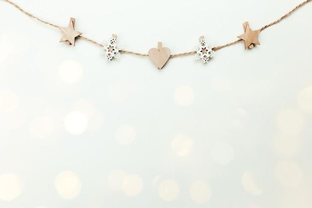 황금 소박한 clothespins와 크리스마스 흰색 배경입니다.