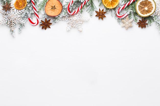 星の装飾が施されたクリスマスの白いモミの木の枝。