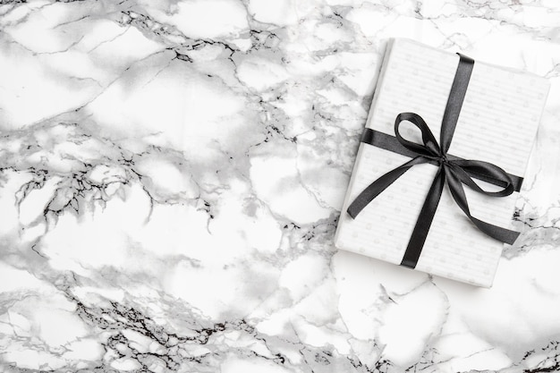Рождественский белый подарок с черной лентой