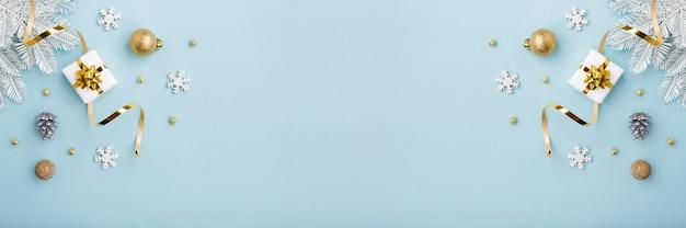 골드 나비와 파란색 배경, 평면도에 장식품 크리스마스 화이트 선물. 기쁜 성 탄과 해피 홀리데이 인사말 카드.