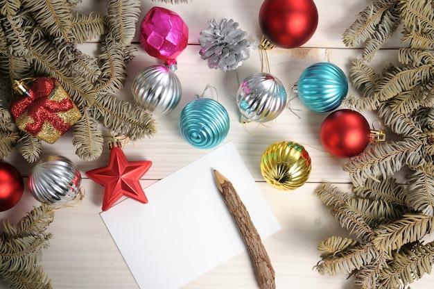 クリスマスツリーの枝やおもちゃとクリスマスの白い木製の模様の表面