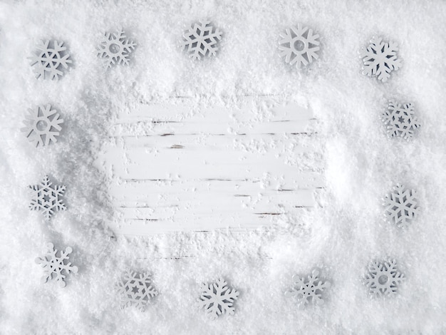 Рождественские белые деревянные поверхности со снегом и снежинками. вид сверху, место для копирования, пустое место для текста.