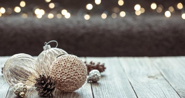 木のコピースペースのボールとクリスマスの冬の背景。