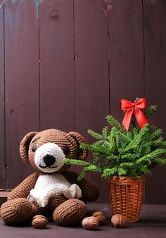 Рождественский зимний медведь с елкой и светящейся гирляндой