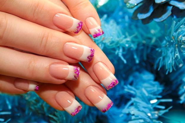 Новогодний зимний дизайн французский маникюр с розовыми пайетками на концах ногтей.