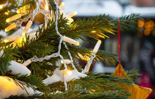 Новогодняя елка новогодние игрушки звезда. праздничный фон.