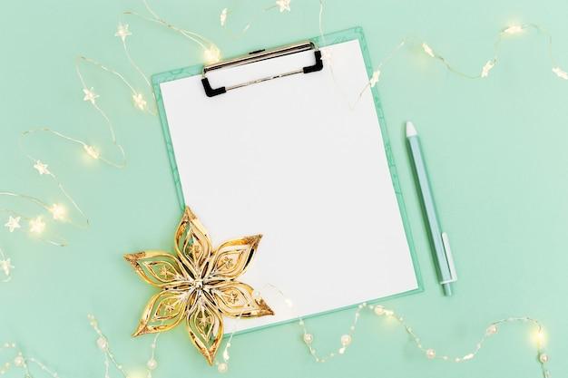 Рождественский список желаний на фоне мятой бумаги праздничное оформление новогодняя гирлянда золотая звезда