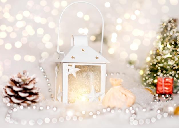 Рождество с елкой, белым фонарем и украшениями