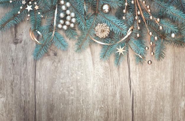 나무에 장식 된 전나무 트리 분기 테두리와 크리스마스