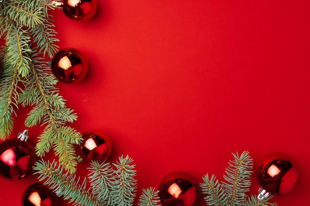 전나무 가지와 붉은 종이에 볼 크리스마스