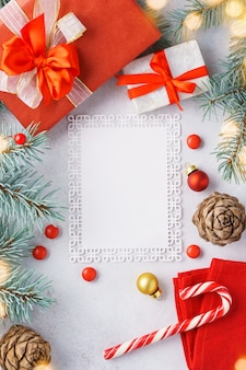 Рождество с подарочными коробками и поздравительной открыткой