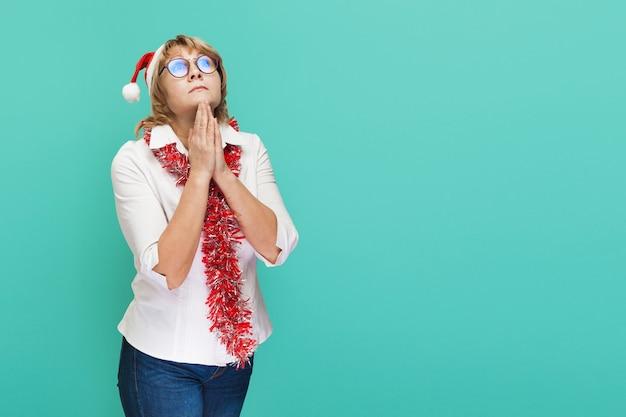 파란색 배경에 흰색 셔츠와 청바지를 입은 크리스마스 여자
